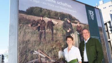 Die Generalsekretärin des NÖ Jagdverbands, Sylvia Scherhaufer, und Landesjägermeister Josef Pröll präsentierten die neue Kampagne mit Sujets zu den Themen Biodiversität und Wildtiergesundheit. (© Gabriele Moser/NÖ Jagdverband)