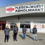 Das Berger-Team: Tanja Bösmüller, Cornelia Kolar, Filialleiter Tomas Zumpf und Sandra Reibenwein vor dem neuen Abholmarkt