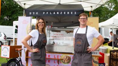 """Die Revolution des Fleischerhandwerks: Fleischermeister Markus Dormayer hat sich mit Nadina Ruedl, Gründerin der veganen Metzgerei """"Die Pflanzerei"""", zusam- mengetan – das erste ge- meinsame Produkt wurde jetzt präsentiert: der vegane Leverkas Gustl!"""