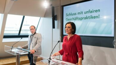 """Am 30.09.2021 gab Bundesministerin Elisabeth Köstinger gemeinsam mit Landwirtschaftskammer-Präsident Josef Moosbrugger eine Pressekonferenz mit dem Titel """"Schluss mit unfairen Geschäftspraktiken!"""" in Wien."""